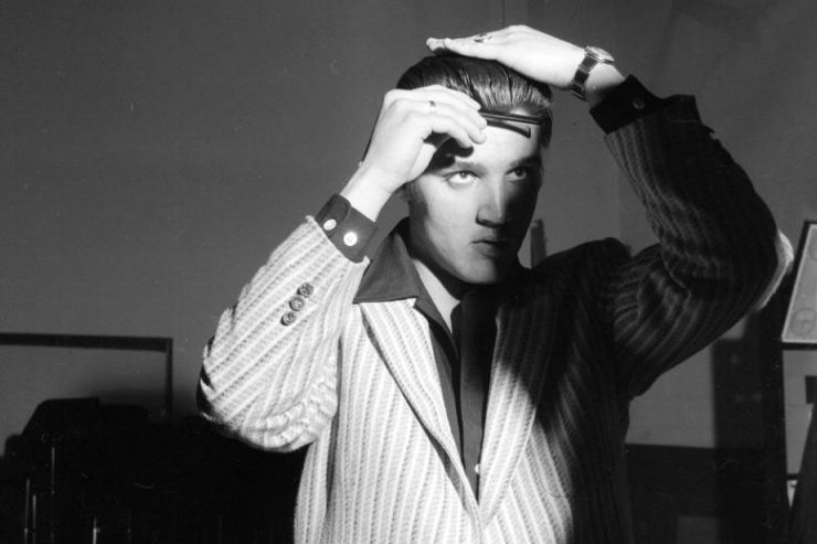 Elvis-combing-his-hair